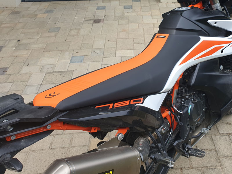 KTM Adventure 790R mit hoher Sitzbank