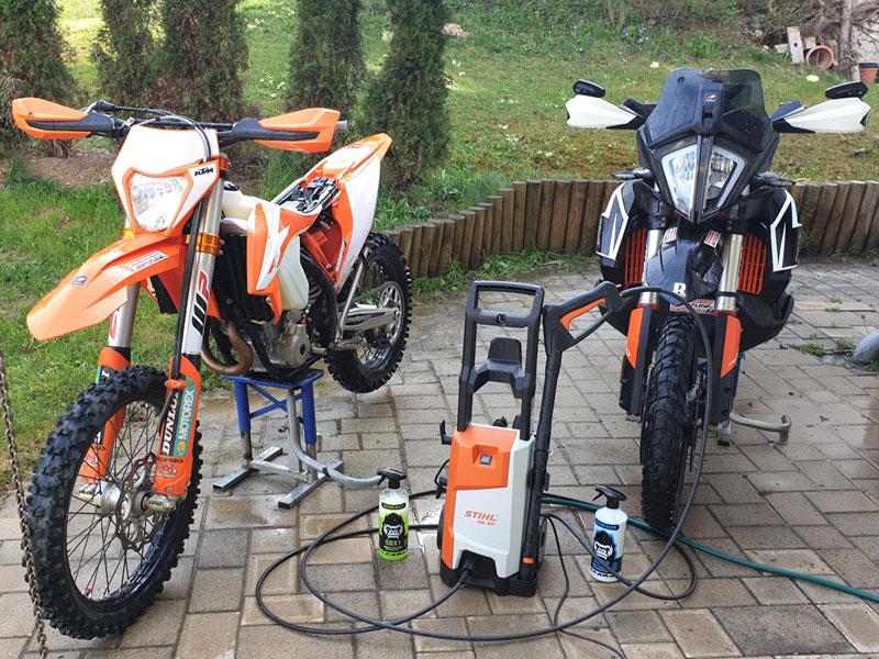 KTM EXC 350 und Adventure 790R beim Waschen