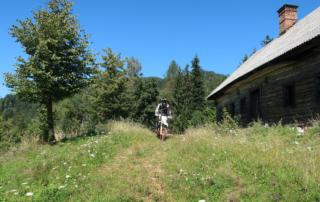 Jentlflow Endurowandern in Slowenien, vorbei an verlassenen Häusern über zugewachsene Traktorwege