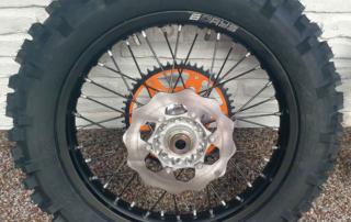 KTM 350 EXC-F Six Days 2021, massive hintere Bremsscheibe, Jentlflow Test